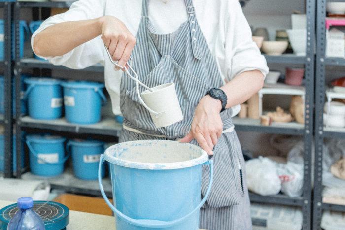 数秒間つけて取り出すと素焼き鉢が真っ白に! 余分な釉薬を落として乾燥させたら、いよいよ本焼きです。