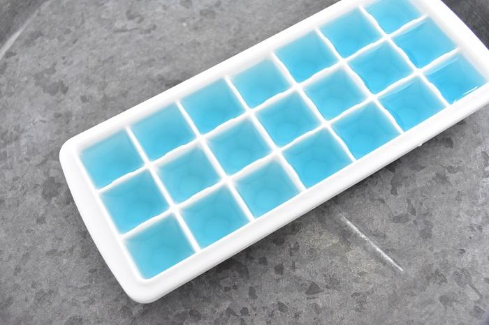 出来上がったバタフライピーティーを製氷皿に入れます。