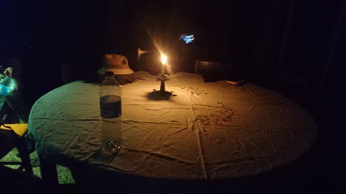 また食事中には停電。これもまたマダガスカルではあたり前と思っていいほどのことである。食事中はローソクをともしながら趣のある時間となった。  その後部屋に戻り就寝の準備を行う。私は蚊帳が少々苦手で、手繰り寄せてしまい蚊が入る隙間を作ってしまいがちなのでスタッフに用意してもらった蚊取り線香を取り出すことにした。