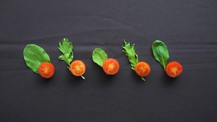 ベビーリーフのみではグリーン単色で寂しいという時は、色の濃い野菜を混ぜてカラフルなサラダにしましょう。 グリーンリーフの彩りにおすすめはニンジンやトマトはもちろん、紫キャベツやビーツなども向いています。グリーンのベビーリーフに赤、オレンジ、紫を加えて、目にも嬉しい彩り豊かなサラダを楽しんでください。