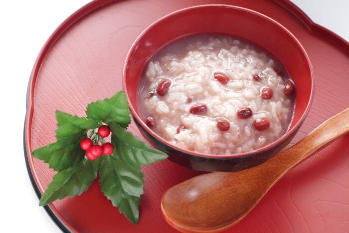 十五日粥とは、小正月に食べる小豆粥のことです。小正月の1月15日に、一年の邪気を払う目的で小豆の入ったお粥、小豆粥を食べる風習があります。