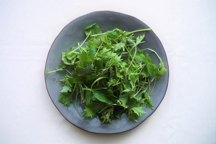 ベビーリーフとは、直訳すると赤ちゃんの葉っぱ、つまり若葉という意味です。ベビーリーフという種類の野菜が存在するわけではありません。レタスやルッコラなど、数種類の葉野菜の若葉を収穫して混ぜたものがベビーリーフとして販売されています。  ベビーリーフはこれから大きく生長しようとする意欲がいっぱいの葉野菜の若葉です。つまり生長するための栄養がいっぱい含まれています。さらにまだ赤ちゃんの葉なので、柔らかく食べやすいのも魅力です。
