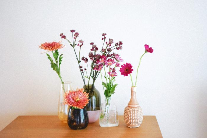 一雨ごとに秋が深まっていますね。最近は寒くなってきたので、暖かいニットやセーターを引っ張り出して、冬支度を始めています。外の気温が18度を下回ると、お花を飾るのに最適な温度になります。夏の暑い時期には、すぐに水が濁ってしまっていたお花たちも、そこまで手間をかけなくても楽しめるようになってきます。  今回のコラムでは市場で仕入れてきた最新の「秋色の花」を集めました。