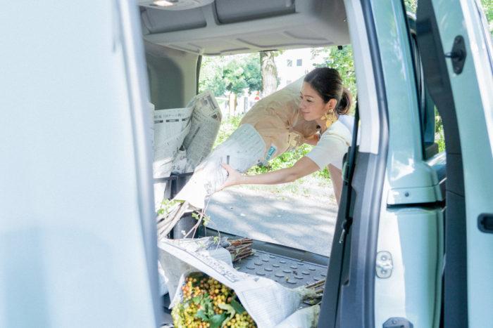 収納スペースを広げて、花や荷物をどんどん積み込んでいきます。