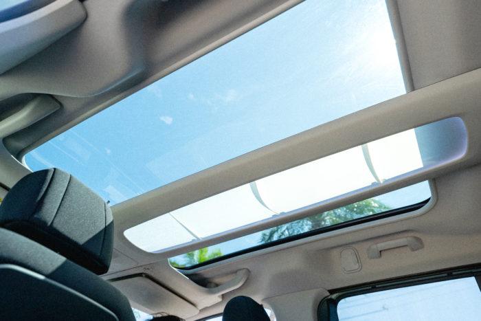 「車内もとっても広くてびっくり!ドアを開けて1番最初に気になったのはこの天井部分です。すごく珍しいデザインですね」  ベルランゴの天井は後部座席まで広がる広大なパノラマルーフを使用。陽ざしを和らげるシェードはスイッチ1つで簡単に開閉することができます。  「車内に自然光が入って、後ろの席まで明るくなるので開放感があってワクワクしますね!プライベートでも、友達を誘ってドライブに行ってみたいです♪」