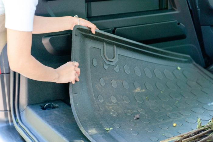 ベルランゴでは、各座席とラゲッジスペースに全天候型の専用ラバーフロアマットを敷くことで、汚れてもシートを取り出してさっと払うだけで、すぐに清潔な車内を取り戻すことが可能です。  「花屋の車は土や水などで汚れやすいので、この掃除のしやすさはとても助かります!」