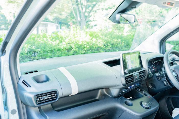「インテリアもすっきりとしていてスマートですね。たくさんの収納場所がありながら統一感があっておしゃれ。ダッシュボードも角度がない水平デザインだから、フロントガラスの視界がとても広くて、車内がよりゆったりと感じます」