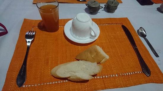 そして、いつも通りシンプルな朝食を食べ、出発時間までの間ホテル前のビーチを歩いてみた。