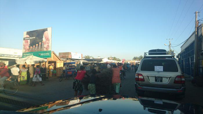 まずは街の中心部を、牛車やバスなどとすれ違いながらすり抜けるように車を進ませる。