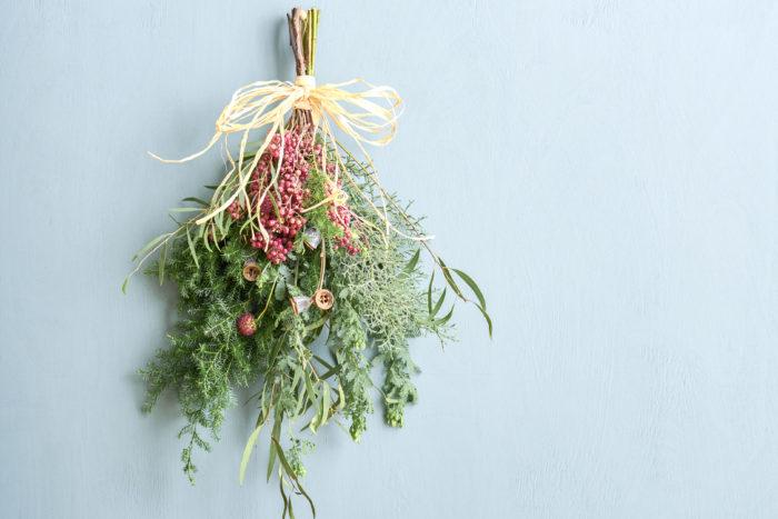 スワッグとはヨーロッパ発祥の壁飾り。ヨーロッパでは、魔除けや幸福を呼ぶために飾る習慣がありました。一見難しそうに見えますが、作り方は意外と簡単。クリスマスの飾りとして好きな草花を束ねてみませんか?