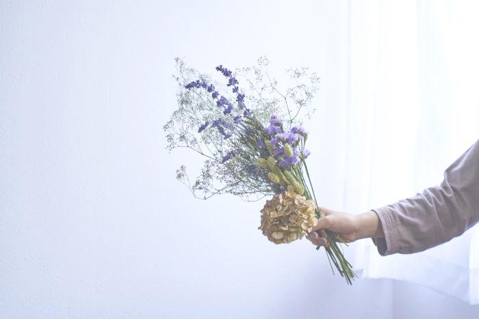 その名の通り、草花を乾燥させてできる「ドライフラワー」。アンティークな雰囲気はクリスマス飾りにぴったりです。  生花に比べて長い間楽しめ、水やりの手間もないので手軽に暮らしに取り入れることができます。