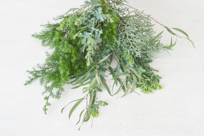 この時期はクリスマスならではの葉物素材、エバーグリーンが豊富に出回ります。針葉樹やハーブならではの香りを楽しめ、自然そのものの風合いを感じることができます。