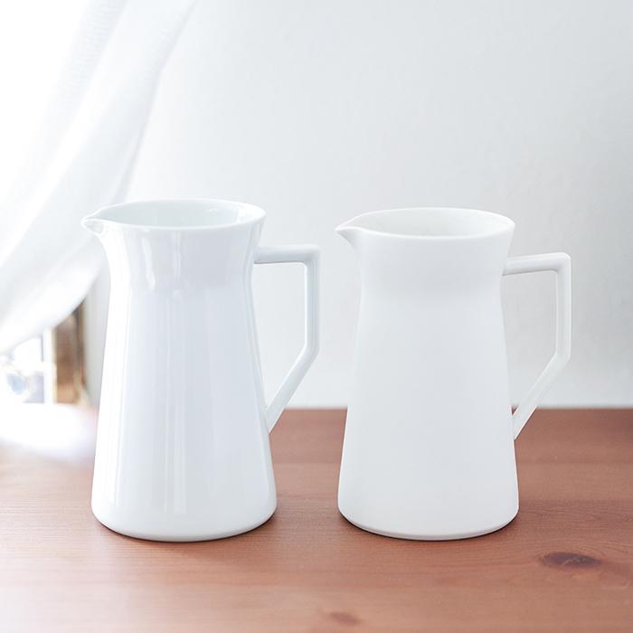シンプルな白ですが、ツヤ・マットの素材の違いで個性が選べます。ツヤはより可愛らしい印象、マットは洗練された雰囲気がお好きな方にピッタリな花を選ばないフラワーベースです。