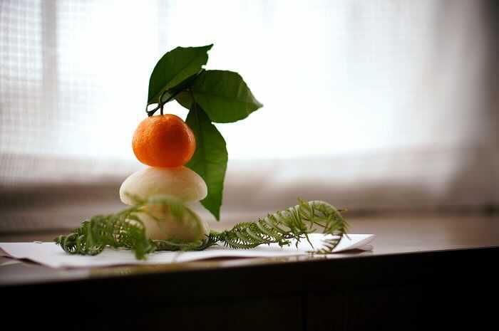 鏡餅とは、お正月に飾る2段に重ねられた丸いお餅のことです。なぜ、この2段に重ねたお餅を鏡餅と呼び、お正月に飾るようになったのかを紹介します。