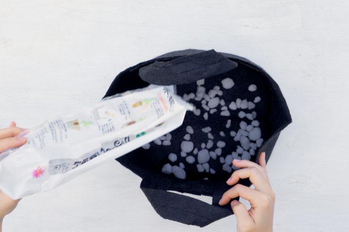 軽石を鉢底にまんべんなく敷きます。
