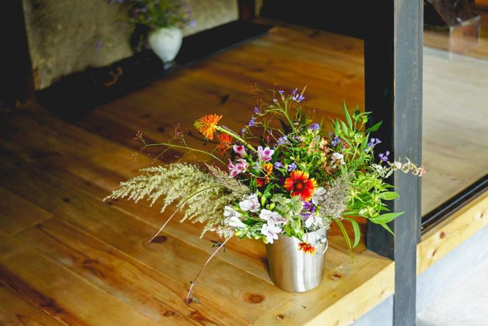 私もこの夏は、出産と育児に追われていて、ゆっくりお花に触れる機会は久しぶりだったので、たまらなく嬉しい時間となりました。どの花も可愛すぎて、ぎゅっぎゅっとしすぎてしまいました。改めて、花の魅力をもっと伝えていける取り組みをしていきたいと思いました。  新しくスタートした片桐花卉園のフラワーブランド「添える」(@sowel_by_katagirikakien)のフローリストさんともお会いできて、色々なお話をさせていただきました。農園から、収穫したばかりの新鮮な状態のお花を届けてもらえるのって嬉しいですよね。ぜひウェブサイト(https://sowel.shop-pro.jp/)をのぞいてみてくださいね。