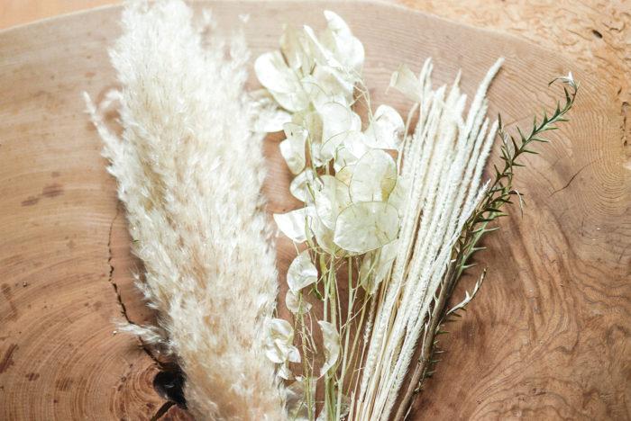 花材は、パンパスグラス。また、パンパスと馴染みが良さそうな アイボリーカラーのルナリア、カンガルーポー、ファベリグラスなど。