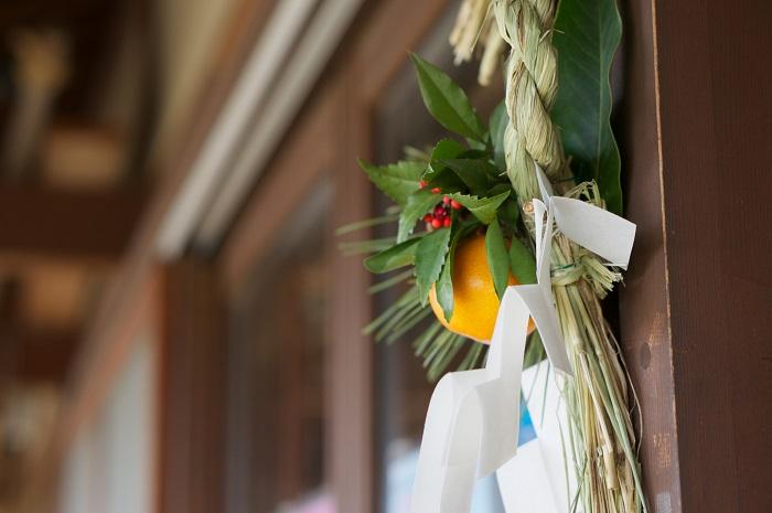 お正月飾りとお正月のお花の違いは、飾る目的です。お正月のお花を飾る目的は、先にも書いた通り、年神様とお客様を歓迎するおもてなしのために飾ります。  お正月飾りの目的は、年神様を自宅にお招きするための目印です。そのため、前年の12月末までに家の外に飾ります。年神様は、門松やお正月飾りを目印に家々を訪れると言われています。
