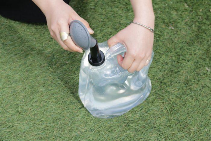 「折り畳みじょうろ4L」は名前の通りコンパクトに収納できるじょうろです。満タンにしても軽く、水やりしやすいアイテムです。