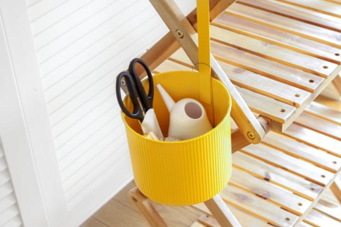 植物を入れない時は、園芸用品などの吊るす収納に使用しても◎。
