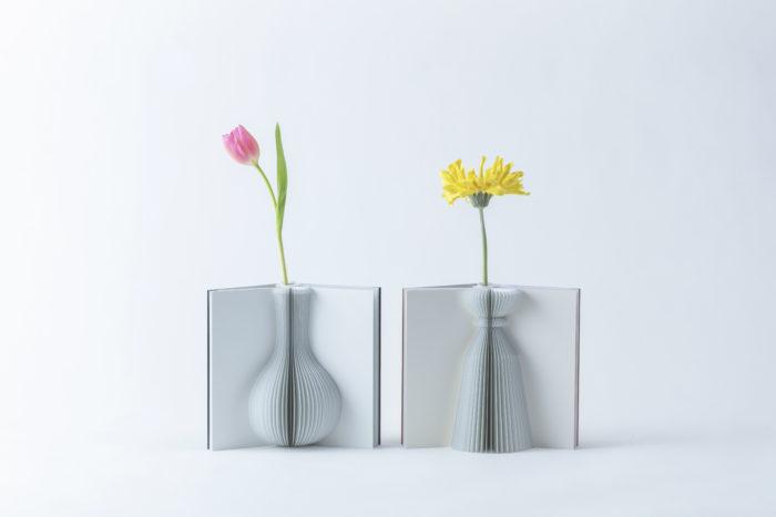 中でも編集部一押しは一輪挿し。はじめから大きな花瓶だと花合わせが大変だったりするので、一輪挿しならテクニックいらずでおしゃれに飾ることができます。  こちらは本のように見える花瓶「フラワリーテール」。1冊の本の中には3パターンのデザインがあり、その時の気分や飾る花に併せてデザインを選ぶことができます。