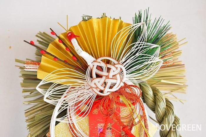 お正月飾りは、松の内(1/1~1/7、地方によっては1/15)が明けたら片付けるようにします。近くに神社のどんど焼きと呼ばれる焚き上げに持って行きます。神社の方の話では、受付ている神社がないようであれば、白い紙に包み塩を振って処分してもよいそうです。