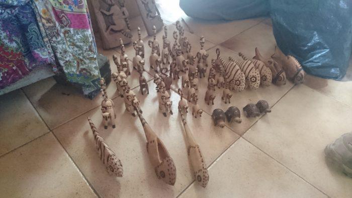 また別の日事務所でミーティングを行っている時に、次回書かせていただく訪れた集落の方が、手作りの木彫りの置物をもって来てくれた。拝見させていただくと温かみがあってとてもかわいらしいものである。良ければ村人のためにも、お土産として一つ買っていただけませんかとのことであった。