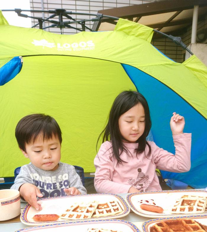 編集部:家での食事がちょっと特別というか、非日常的になるのが新鮮ですね。  利本さん:キャンプ場での本格的なキャンプはもちろん楽しいのですが、庭やベランダにキャンプ用のテーブルやサンシェードを出して過ごすだけでも十分アウトドア気分を味わえます。食事もわざわざ作らなくても、買ってきたハンバーガーとかでも十分。試してみると非日常感が新鮮で楽しいんですよ。