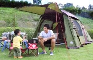 LOGOS広報担当:利本さん アウトドアブランド「LOGOS」を展開する株式会社ロゴスコーポレーションで広報を担当。7歳と2歳のお子さんの4人家族。子どもたちが楽しめるキャンプを第一に、設備が整っていたり遊具が揃っているキャンプ場を中心にキャンプを楽しんでいる。