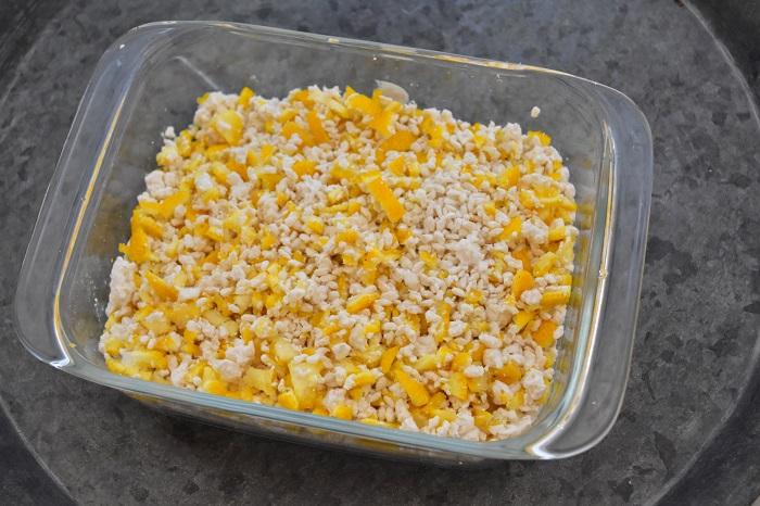 4.麹の中に塩と柚子(ゆず)の皮を入れて混ぜ合わせる