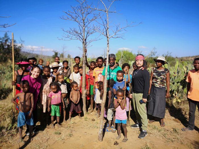 そしていくつかのバオバブを植樹したのち、記念写真を一緒に撮って村へと戻る。