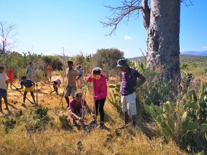 続いて再来の記念に村人の皆さんと植林を行った。