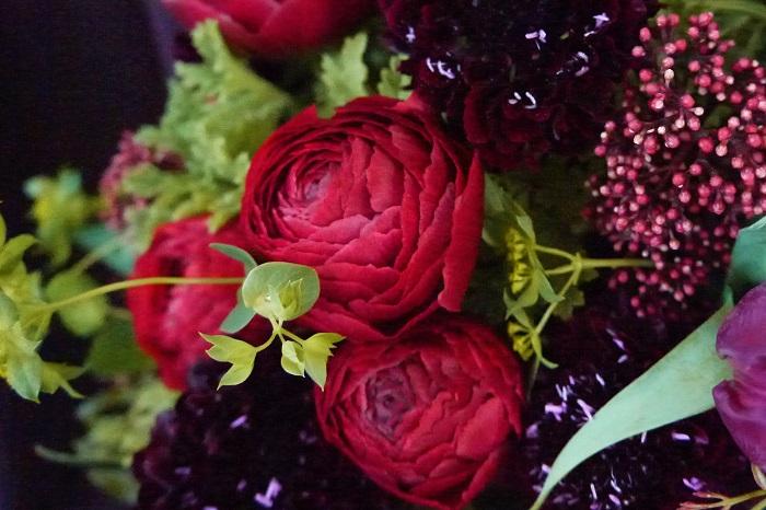 科名:キンポウゲ科 開花期:3月~5月 分類:多年草(球根植物) ラナンキュラスは春に咲くキンポウゲ科の球根植物です。バラを思わせるような幾重にも重なった花びらが魅力です。ラナンキュラスの花色は赤の他に、白、黄色、オレンジ、ピンク、紫、グリーン、複色等があります。