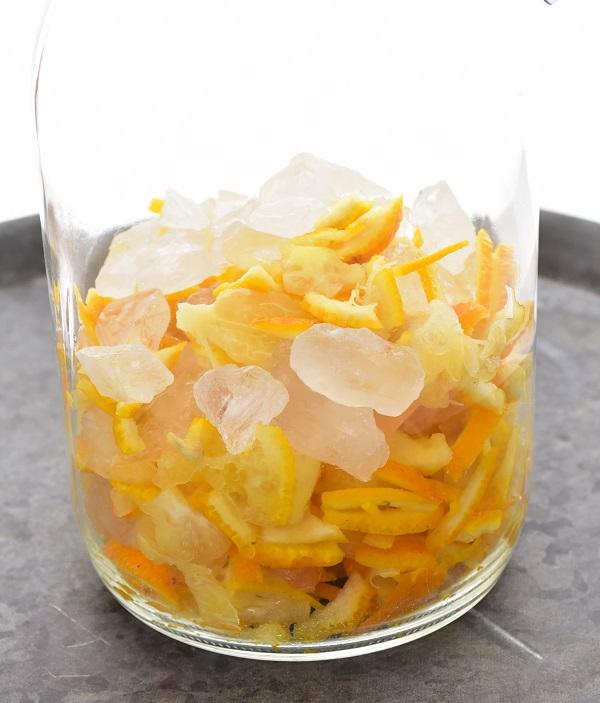 6.保存容器に最初は氷砂糖、次に柚子(ゆず)、氷砂糖、柚子(ゆず)と交互に入れて、最後が氷砂糖になるようにする。
