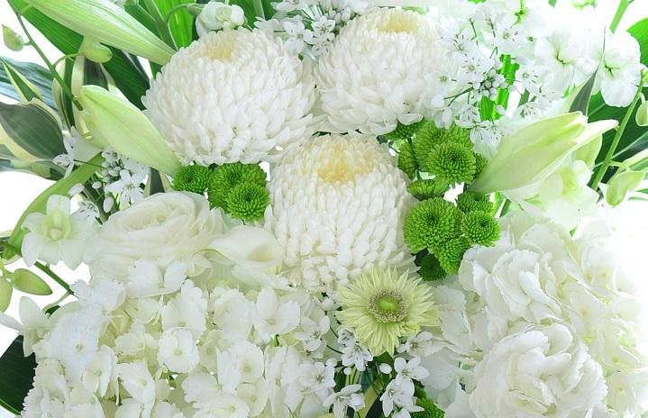供花の贈り方やマナーに絶対に守らなければいけないというルールはありません。ただし、故人を偲び見送る花ですから、あまり派手な色の花は避けるようにしましょう。