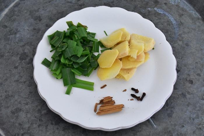 ジンジャエールが好きな方におすすめの組み合わせ。作り方はレモングラス単品の分量と同じです。今回は、生姜(ショウガ)、レモングラス、シナモン、クローブの4種類で作ってみました。この他、カルダモンやベイリーフ、八角などのスパイス類を入れるとより深い味わいになります。辛口ジンジャエールが好きな方はトウガラシもおすすめ。
