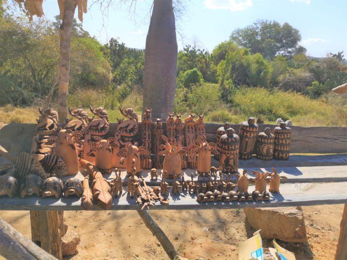 村では今つくられている木彫りを拝見する。以前より品質が高まっている。特に母子牛はよくできている。