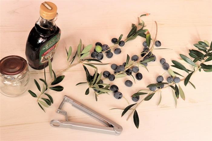 完熟したオリーブの実 メープルシロップ 密閉できるガラス瓶(煮沸消毒したもの) オリーブの種抜き器、ナイフなど