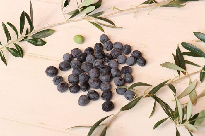 オリーブの実を枝からはずし、洗って水けを切ります。
