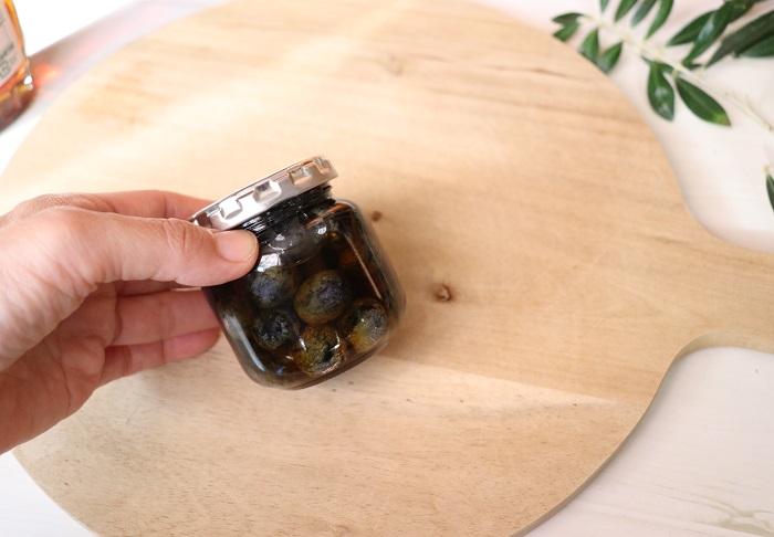 冷蔵庫などの冷暗所で保存します。作り立てはメープルシロップに透明感がありますが、時が経って熟成されると深みのある色合いに変化するそうです。