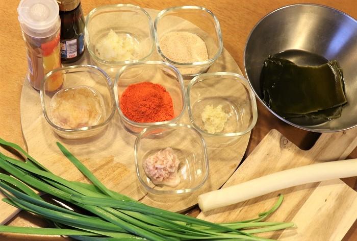 今回は、ハクサイを使った簡単キムチの作り方を紹介しました。私は秋冬によくこのレシピで簡単キムチを作ります。ヤンニョムを作るときの鮮やかな色と、野菜がきれいな唐辛子色に染まっていく様子が美しくてたまらなく好きです。  キムチは、唐辛子やニンニクなどの薬味の量や、どんな塩辛、野菜、果物を使うかによって仕上がった時の味わいが大きく変わります。毎回作るごとに少し違う風味に出来上がるのも楽しいですし、作り立ての浅漬け風の味も、なじんで深みが増した味のどちらも美味しいです。韓国産の甘めの唐辛子を使うので、子供も気に入ってよく食べています。  日に干した野菜を使ってキムチを作ると、味に深みが出てまた違う食感でおすすめです。 今回のレシピにキュウリを加えても美味しく食べられます。自分で育てた野菜を使ってキムチを作るのもいいですね!ぜひ、加える食材や分量を変えて作ってみて、ご家庭ごとの好みのキムチの味を見つけて下さい。