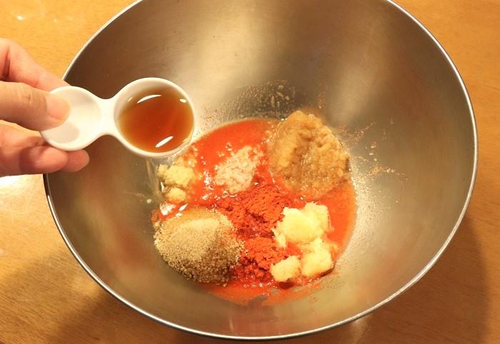 ボウルにヤンニョムの材料を混ぜ合わせていきます。