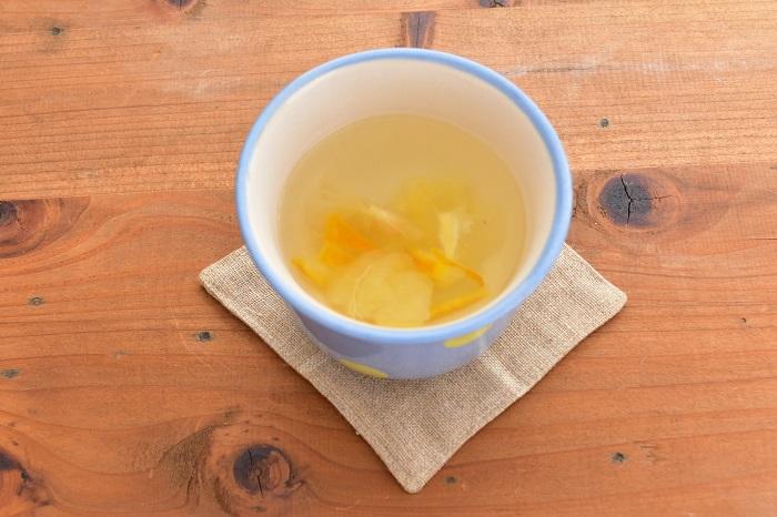 定番のゆず茶。作ったゆずシロップを入れてお湯で割るだけで出来上がり。ゆずシロップの量は最初は少なめで作ってみて好みの量を見つけてみてください。お湯を注ぐと柚子(ゆず)の香りがあたりに立ち込めて香りだけでも癒されます。