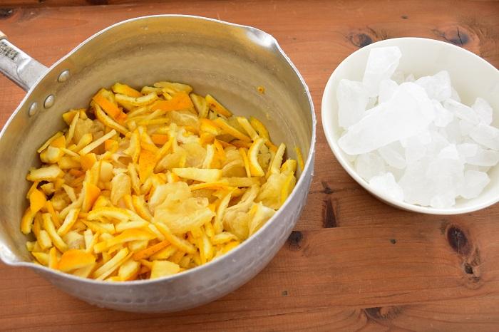 2.柚子の分量を量り、柚子と同量の氷砂糖を用意する(例:柚子500g 氷砂糖500g)  柚子は細かく切ったほうが柚子茶などに使うときは便利。使用用途に合わせて切り方を変えてみてください。