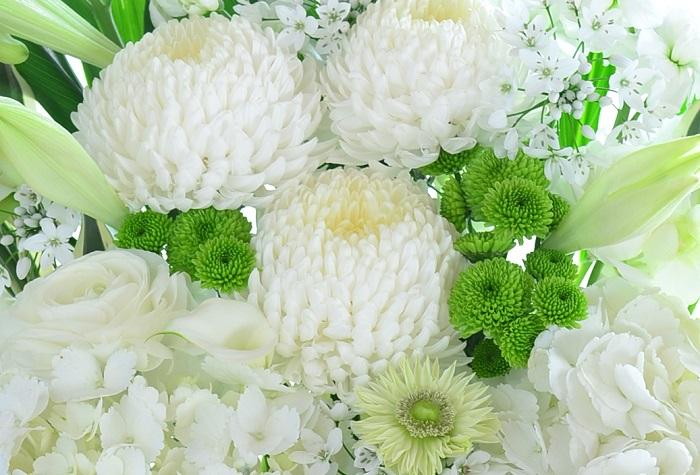 供花とは、亡くなられた方のご冥福を祈る気持ちを込めて、お通夜や葬儀の斎場に贈る花のことです。読み方は供花(きょうか)と読みます。事情があって参列できない場合などにも贈ります。
