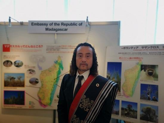 ※TICAD7 2019での写真です。  ちなみに写真は、TICAD7に大使館ブースにて活動していた時のものです。私が肩からかけているのが、マダガスカルの伝統的な衣装である。会期中にこの衣装で会場を歩いていると、マダガスカル共和国アンドリー・ラジョエリナ大統領から激励のお声掛けいただけました。