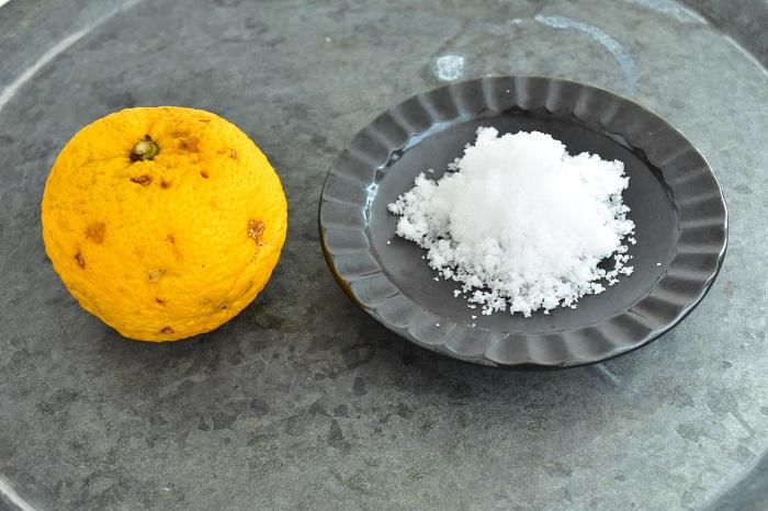 柚子(ゆず) 1個 できれば無農薬のものをおすすめします 塩  柚子(ゆず)に対して10~20%  柚子(ゆず)は自然のものなので、ひとつひとつ分量が違います。柚子(ゆず)の重さを計って塩の量を決めましょう。
