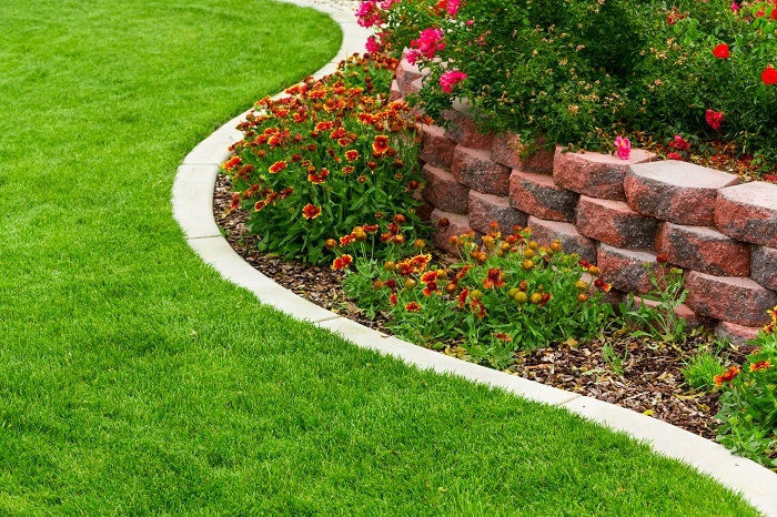 花壇とは、お庭や公園で草花などの植物を育てるために区切ったスペースのことです。  お庭の敷地一面に植物を植えてしまっては、人間が歩く場所もなくなってしまいます。通路や遊ぶスペースとは別に、植物を育てることを目的として作られた場所ということです。  反対に花壇は植物を育てるための場所なので、中に入って遊んだり、歩き回ってはいけない場所とも言えます。