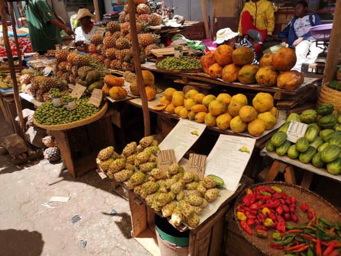 野菜をはじめフルーツなどが立ち並ぶ。地元ならではのものも多くある。