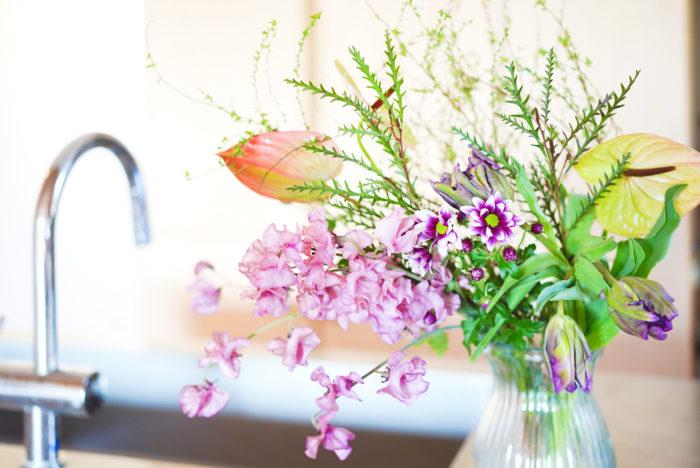 中でもユキヤナギは、ブーケに入れたり、そのまま飾ったりと、大活躍している枝ものです。細かい葉に小さな白い花をつけます。